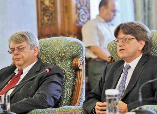 FMI a acceptat cele două majorări salariale ale bugetarilor