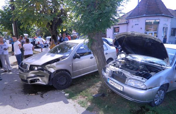 Accident cu un bărbat încarcerat în mașină, pe strada Fabricii din Satu Mare