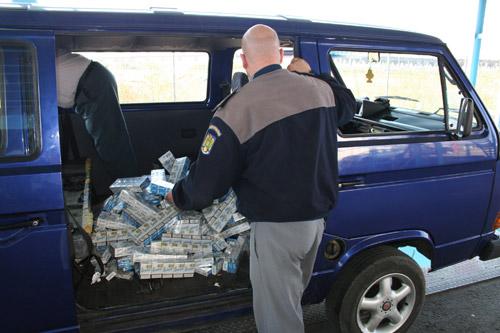 Autoturism plin cu ţigări de contrabandă depistat la vama Halmeu