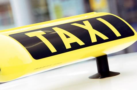 Un taximetrist s-a aruncat în gol de pe pasajul de lângă pompieri