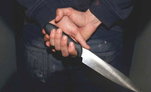 Se plimba pe stradă … cu un cuțit în mână