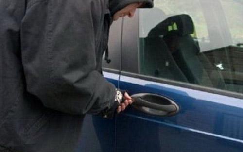 Hoț de mașini, prins de polițiști