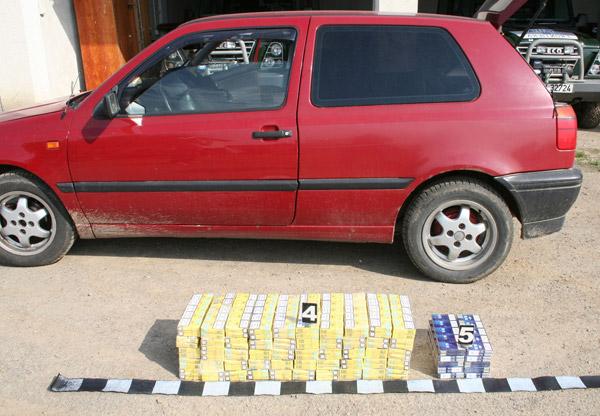 600 pachete de țigări ascunse într-o mașină