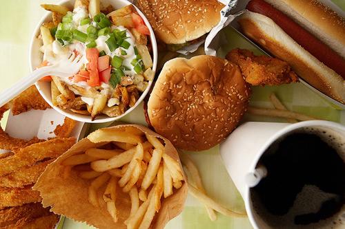 Ce ar trebui să EVIŢI ÎNTOTDEAUNA din meniul unui fast food