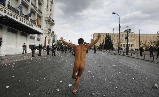 Grecii i-au arătat dosul lui Merkel (la propriu)