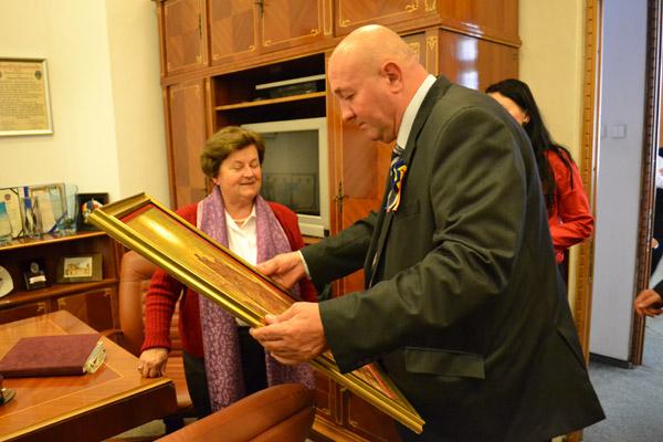 Primăria Satu Mare a primit o pictură cadou din partea artistului Csonka Ibolya