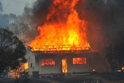 Casă mistuită de flăcări la Bicău