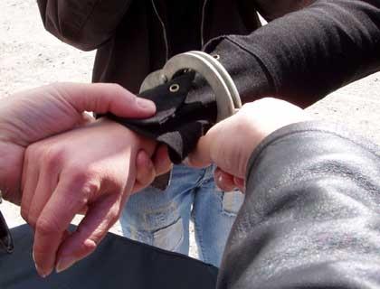 Tineri reţinuţi de poliţişti pentru comiterea infracţiunii de tâlhărie
