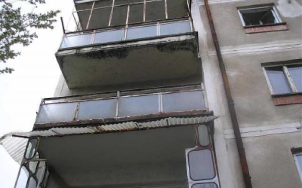 Încă o femeie moartă după ce s-a arucat de pe balcon