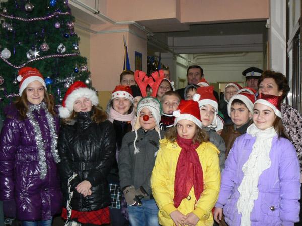 """O clasă de elevi de la Şcoala """"Octavian Goga"""" au colindat poliţiştii locali"""