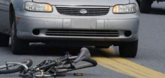 Biciclist lovit de o maşină