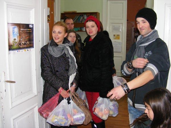 Tinerii social-democraţi sătmăreni au oferit cadouri de Moş Crăciun