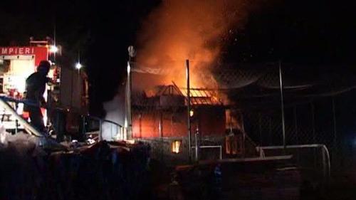 O cabană din Bixad a luat foc