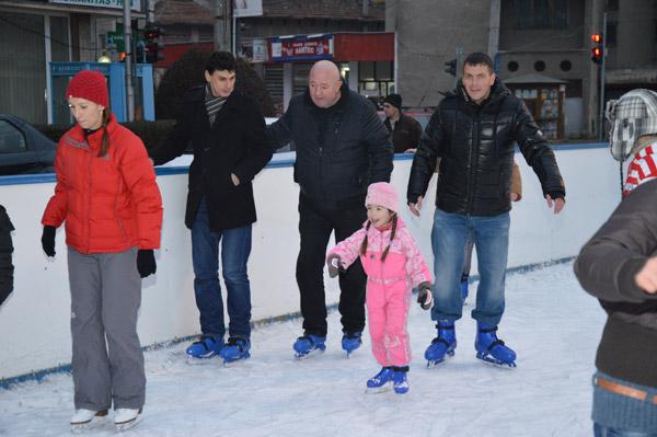 De Moş Nicolae vom avea patinoarul instalat în faţa Muzeului Judeţean