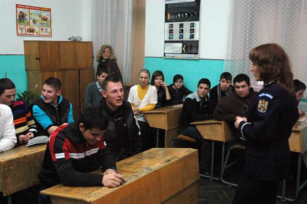 Întâlnire a poliţiştilor cu elevii Centrului Şcolar pentru Educaţie Incluzivă