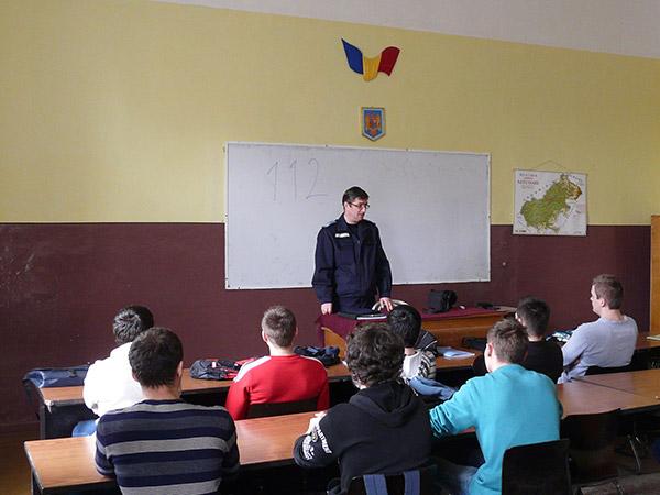 """Jandarmii sătmăreni i-au informat pe elevi despre apelul """"112"""""""