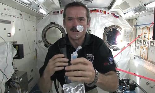 Cum se spală astronauții pe mâini, în spațiu?