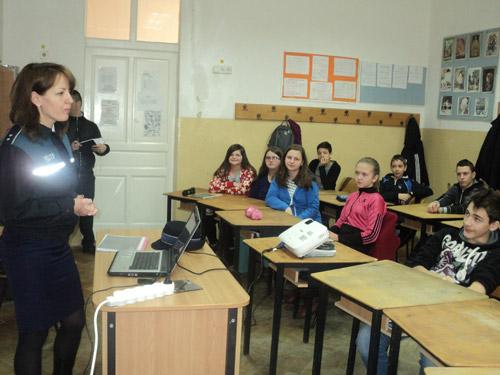 Polițiștii s-au întâlnit cu elevii de la școala Constantin Brâncoveanu