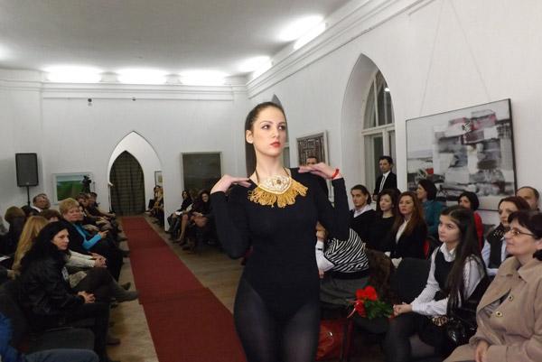 Bijuterii, măşti şi frumuseţe la Muzeul de Artă Satu Mare (galerie foto)