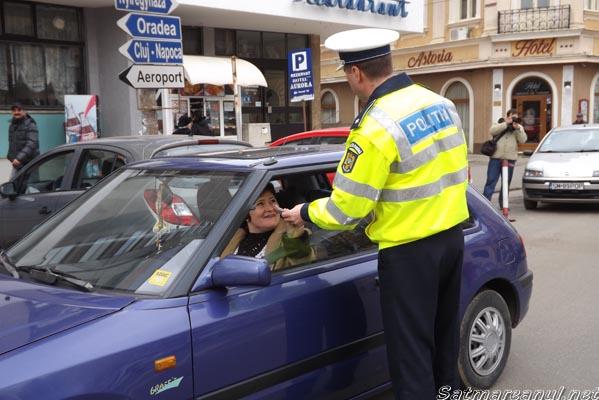 """Şoferiţe """"amendate"""" cu mărţişoare de către poliţiştii rutieri"""