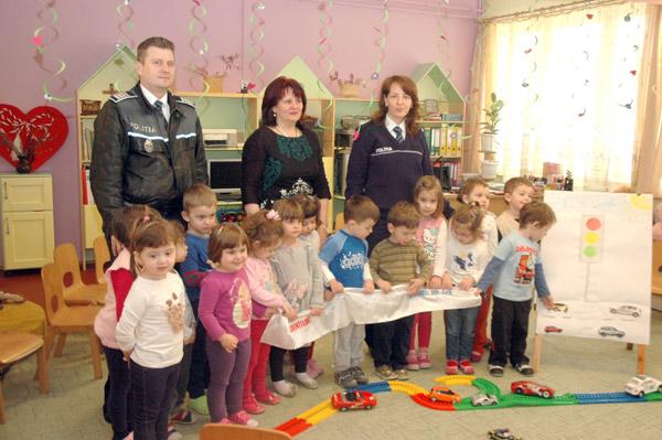 Poliţiştii sătmăreni au vizitat Dumbrava minunată