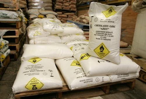 Îngrăsământ chimic depozitat ilegal, descoperit de poliţişti