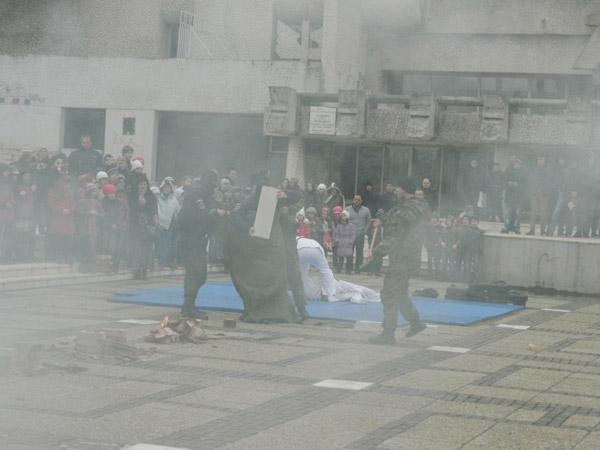 Focuri de armă, petarde şi fumigene, pe platoul din faţa Palatului Administrativ