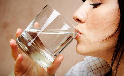 Când şi câtă apă să bei pentru a slăbi