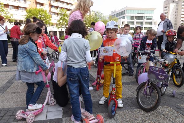 Sute de copii şi tineri au pedalat pentru Biblioteca Judeţeană