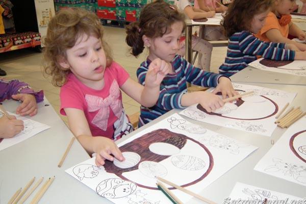 """Copiii de la Grădiniţa """"Voinicelul"""" au desenat și colorat la Hypermarketul Real"""