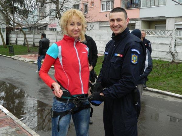 Jandarmii sătmăreni au ajutat câțiva elevi să fugă de la școală pe fereastră (galerie foto)