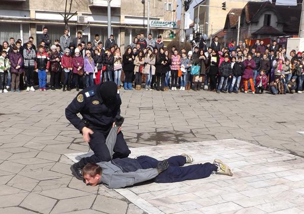 Jandarmii au continuat acţiunile dedicate elevilor, în faţa Muzeului Judeţean (galerie foto)