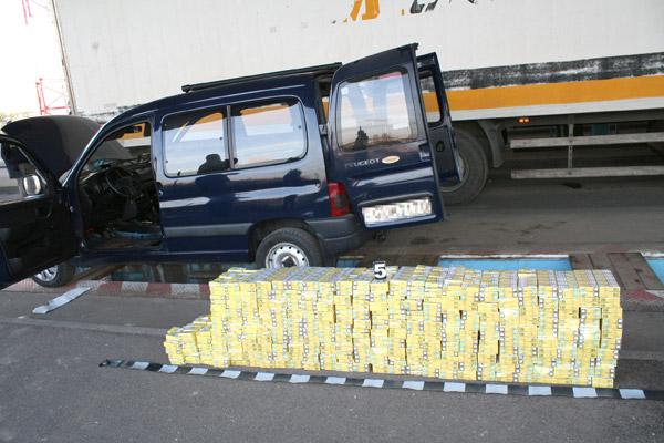 Aproximativ 2.500 pachete de țigări descoperite în mașina unui cetățean maghiar