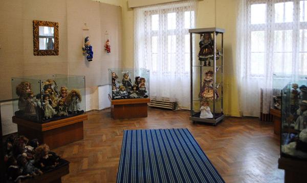 Păpuşi de porţelan, în expoziţie la Muzeul Orăşenesc din Tăşnad
