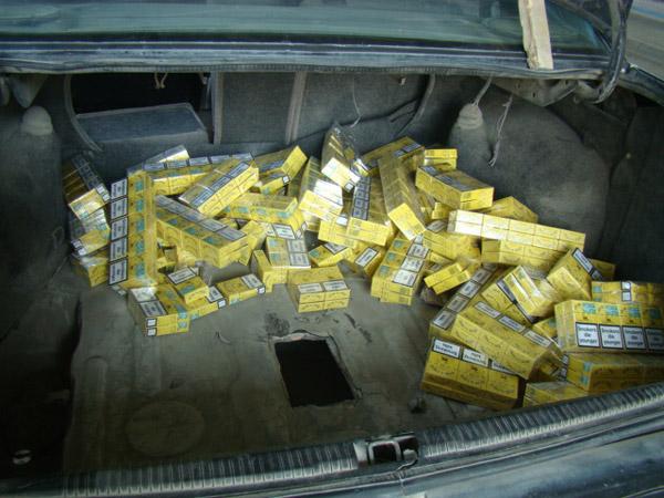 Peste 3.800 pachete de ţigări şi şase maşini confiscate de la contrabandişti, în luna septembrie