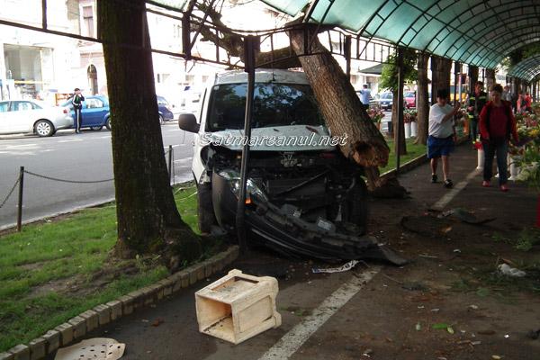 UPDATE: A intrat cu mașina între florăresele din centru(foto)