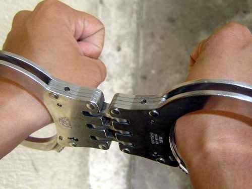 Arestat pentru că a încercat să-şi stranguleze partenerul de beţie