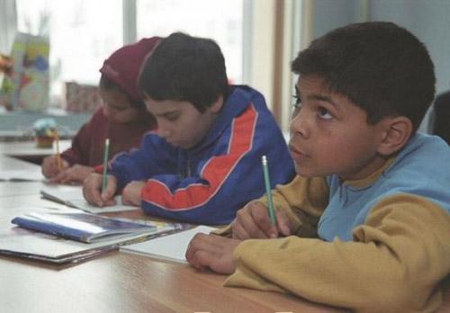 Autorităţile vor să reducă abandonul şcolar în rândul romilor