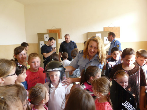 Jandarmii și elevii din Beltiug s-au distrat la poligon