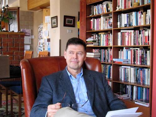 Istoricul american Larry L. Watts îşi va lansa cea mai recentă carte şi la Satu Mare