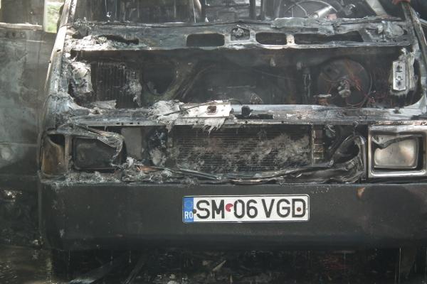 Maşină distrusă de foc pe Bulevardul Vasile Lucaciu (galerie foto)
