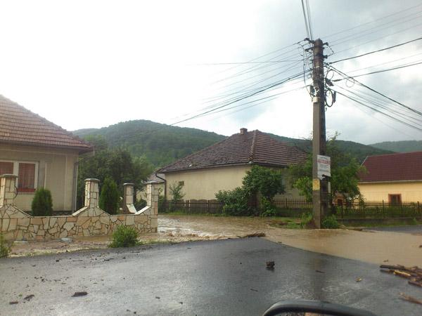Drumul Satu Mare-Baia Mare blocat din cauza ploii (foto)