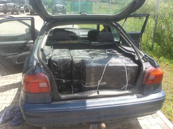 Două maşini cu peste 4.000 pachete cu ţigări descoperite în Negreşti