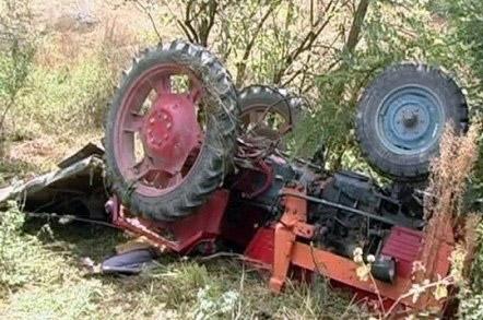 Omorât de tractorul care a căzut peste el