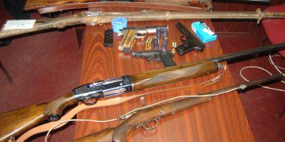 Arme şi muniţii, ridicate de poliţişti în urma unor percheziţii la Carei