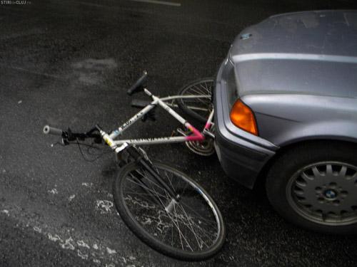 Biciclist lovit de o maşină pe strada Gorunului