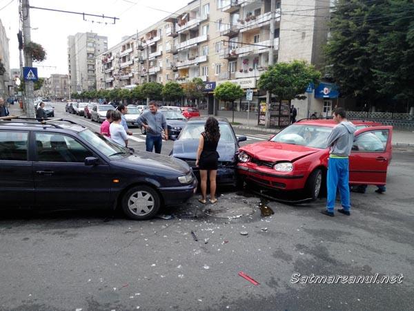ACCIDENT: Trei mașini s-au ciocnit în intersecția Corvinilor-Calea Traian (galerie foto)