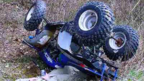 Un bătrân s-a răsturnat cu ATV-ul. Victima, transportată la spital