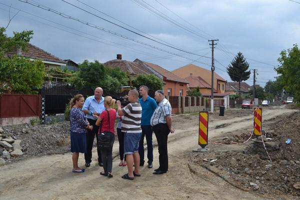 Primarul a verificat lucrările de modernizare la străzile de pământ