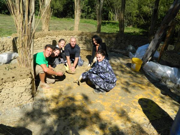 """Jandarmii ajută la construirea """"Satului de lut"""" din Pomi"""